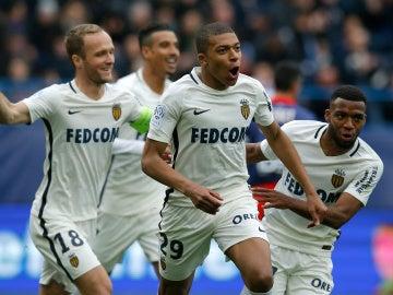 Mbappé celebrando un gol con sus compañeros