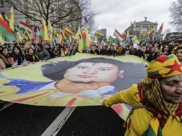 Cientos de kurdos participaron en Fráncfort en una marcha