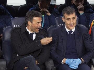 Luis Enrique conversa en el banquillo del Camp Nou