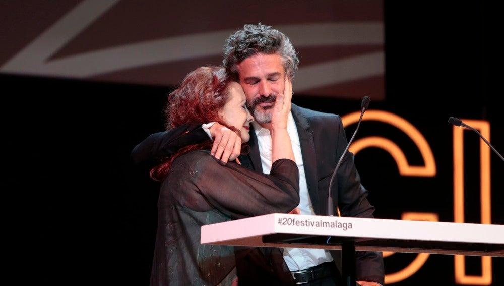 Leonardo Sbaraglia muy emocionado junto a su madre