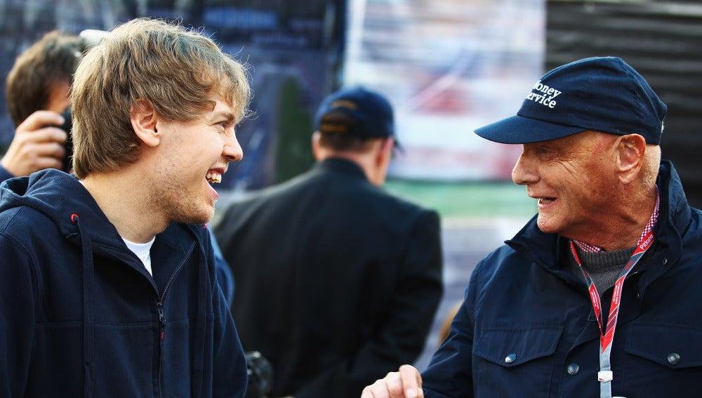Niki Lauda bromea con Vettel en Albert Park en 2011