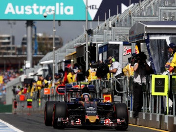 Carlos Sainz, en el pit-lane de Albert Park