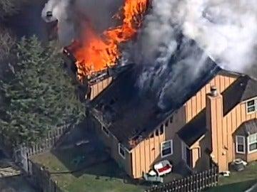 Frame 12.32223 de: Espectacular y aparatoso incendio en una zona residencial de Kansas City