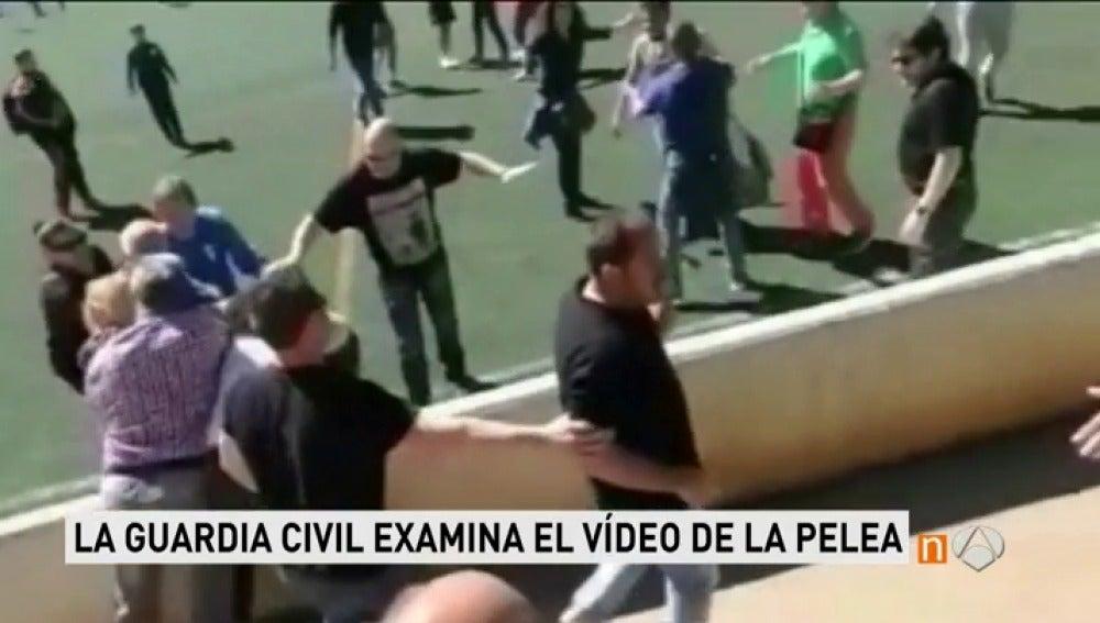 Frame 25.274888 de: La Guardia Civil investiga fotograma a fotograma el vídeo de la pelea entre padres en Mallorca
