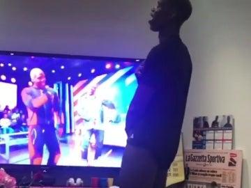 Paul Pogba baila mientras ve la televesión