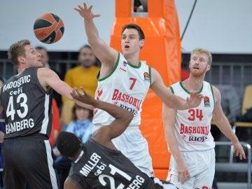 Los jugadores del Baskonia y del Brose Bamberg en acción