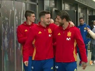 """Frame 3.96 de: Saúl, a Ramos antes del entrenamiento de la Selección: """"Estáis delante en Liga, pero vamos a pelear hasta el final"""""""
