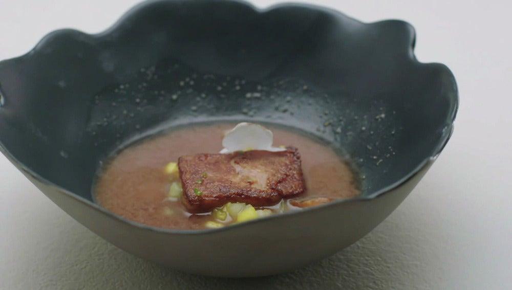 Sopa de miso y lombarda, foie a la plancha, melón y mango, anguila ahumada, lima kaffir