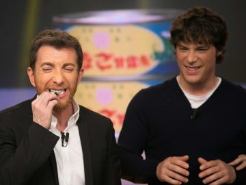 Jordi Cruz y Pablo Motos saborean larvas caramelizadas gracias a Monaguillo