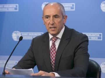 El portavoz del Gobierno Vasco, Josu Erkoreka, durante la rueda de prensa que ha ofrecido hoy tras la reunión semanal del Consejo