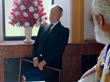 Sabino la lía en el funeral con su brebaje detox