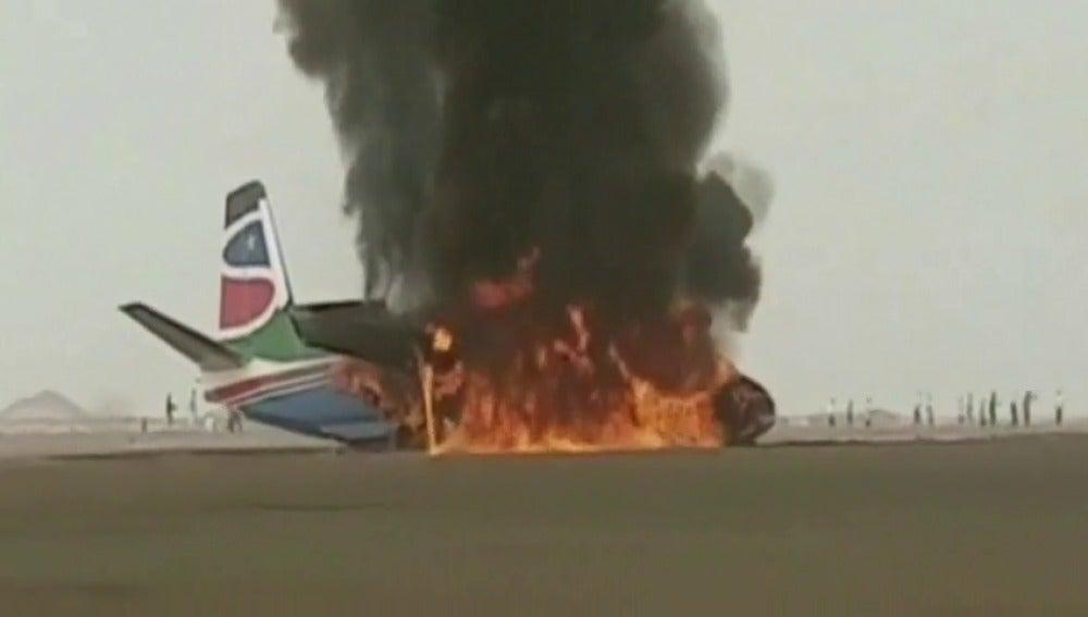 Frame 2.638142 de: Un avión chocó contra un camión de bomberos al aterrizar