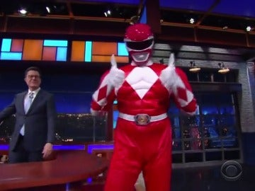 Frame 37.082882 de: Bryan Cranston visita Stephen Colbert disfrazado de Power Ranger Rojo