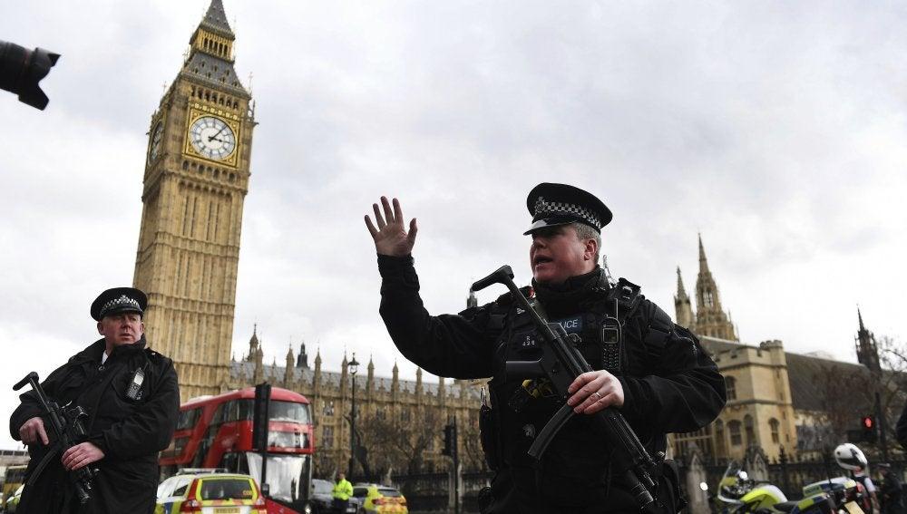 Agente británico durante el tiroteo en el Parlamento de Londres