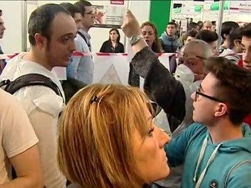 Frame 15.400071 de: Varios jóvenes responden al intento de boicotear al ejército en Barcelona