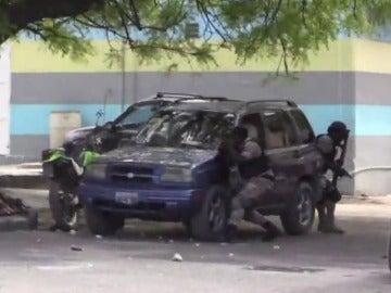 Frame 19.737328 de: Expresidente haitiano Aristide sale ileso de atentado a tiros de su caravana