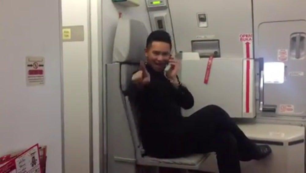 Frame 11.676812 de: Un azafato de vuelo recrea el videoclip de 'Toxic' de Britney Spears
