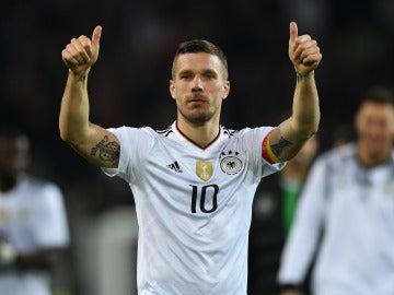 Lukas Podolski celebra la victoria y su despedida con Alemania