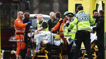 Los servicios de emergencia atienden a un herido en los alrededores del Parlamento británico, en Londres