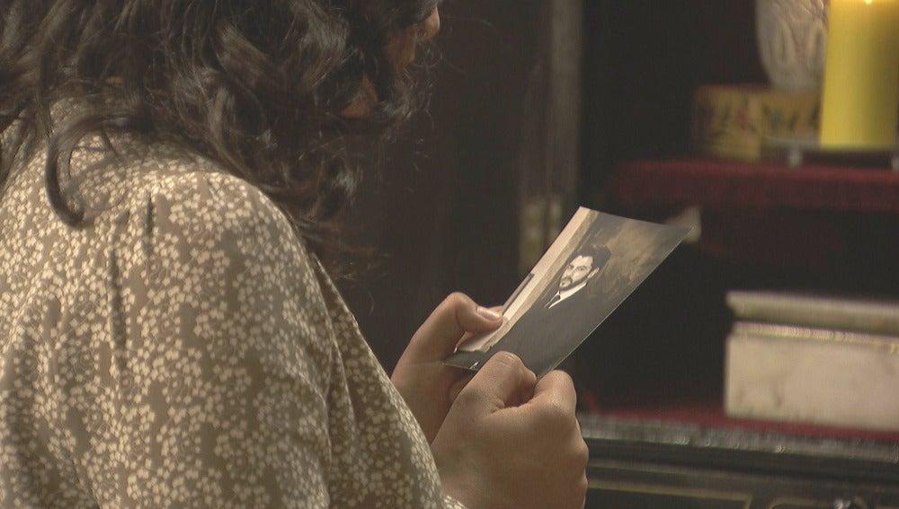 Lucía reza para que el cuerpo de Hernando le pertenezca