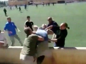 Frame 6.573939 de: La Guardia Civil toma declaración a los padres implicados en la pelea que protagonizaron en un partido infantil