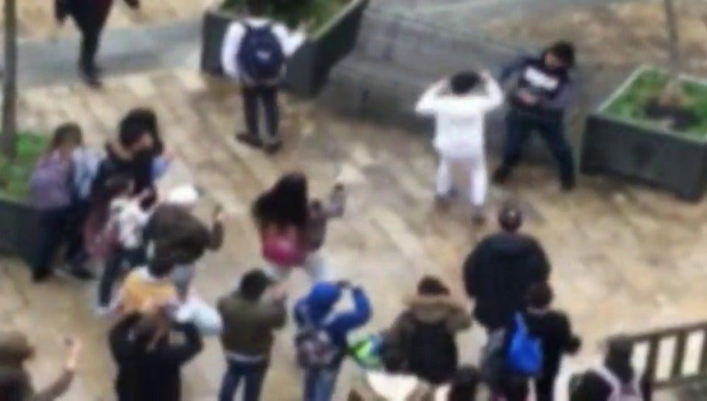Frame 15.114578 de: Los adolescentes imitan las peleas de las bandas latinas