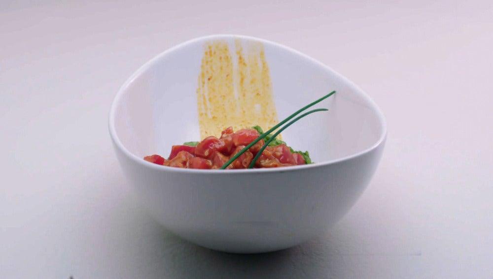 Tartar de maguro picante sobre arroz verde