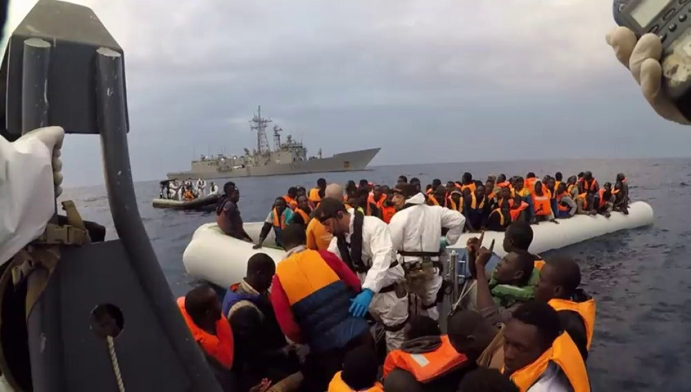 Frame 0.0 de: Nace un bebé a bordo de la fragata española que rescató a 638 migrantes frente a las costas de Libia