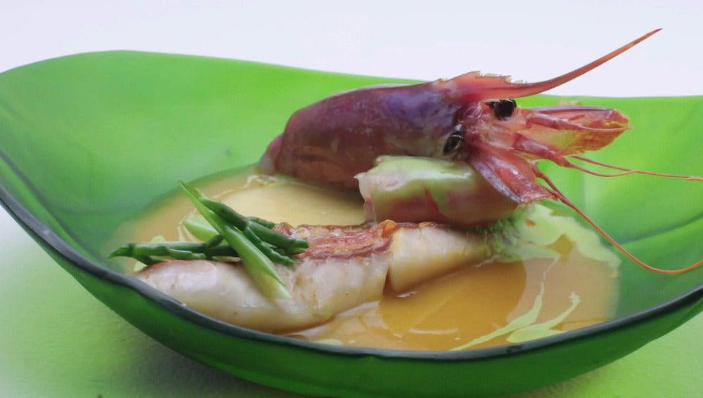 Caldeirada de salmonetes con tandoori, naranja y gamba roja