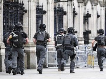 Agentes de policía británicos permanecen en guardia tras un tiroteo ante el Parlamento en Londres