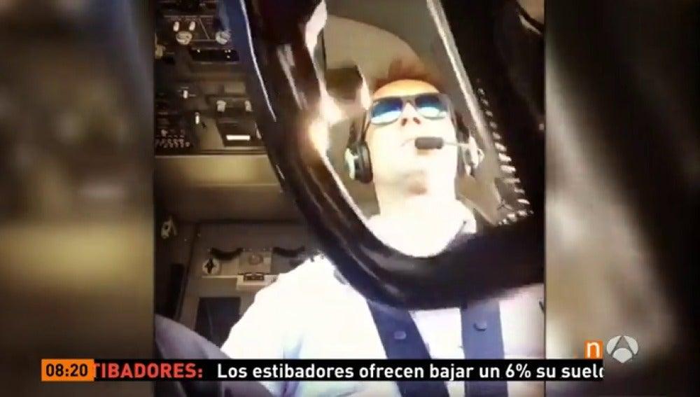 Frame 35.170555 de: Espectacular aterrizaje con malas condiciones climatológicas visto desde la cabina del piloto