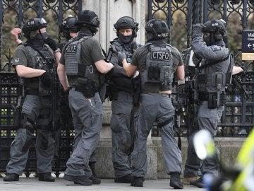 Agentes de policía británicos tras el atentado en Londres