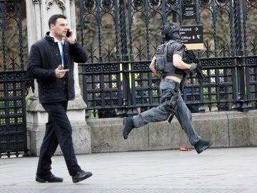 Policía en los alrededores del Puente de Westminster