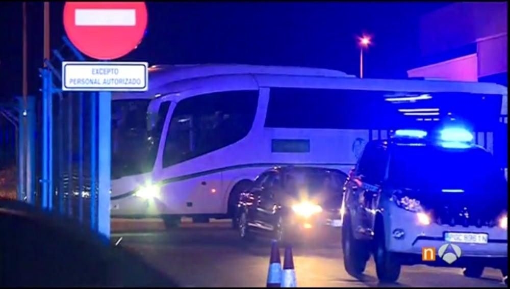 El autobús de Israel escoltado por la Guardia Civil