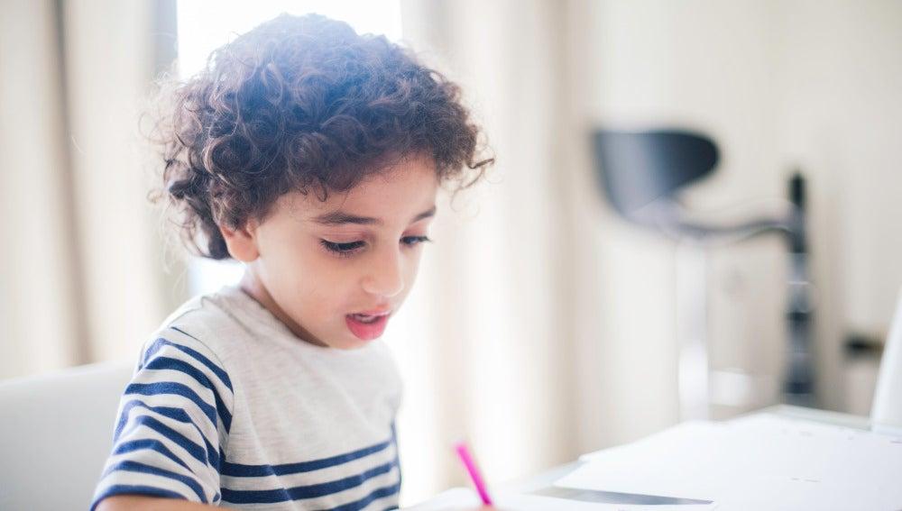 Un niño de Oriente Medio hace sus deberes