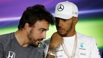 Cuchicheos entre Hamilton y Alonso en rueda de prensa