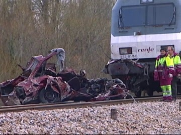 Frame 145.93575 de: Muere un hombre en León al ser arrollado su vehículo por un tren de pasajeros