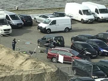 Agentes de policía belgas investigan un vehículo en un parking de Amberes, en Bélgica