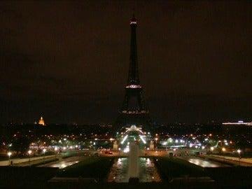 Frame 4.67637 de: La torre Eiffel, apaga sus luces en señal de duelo