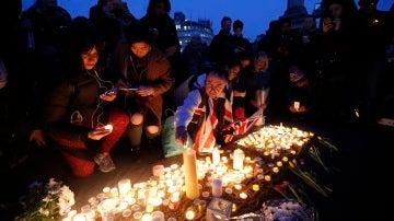 Cientos de ciudadanos participan en una vigilia en la Plaza Trafalgar en Londres