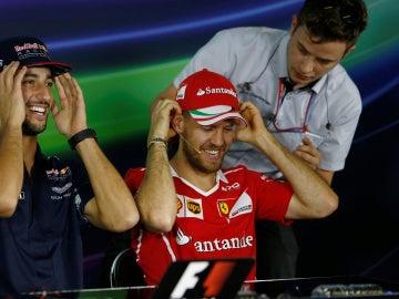 Sebastian Vettel sonríe durante la rueda de prensa
