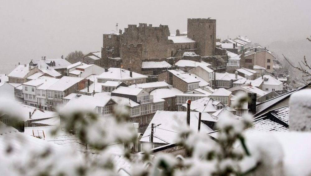 Vista general del pueblo de Castro Caldelas (Ourense) cubierto por la nieve