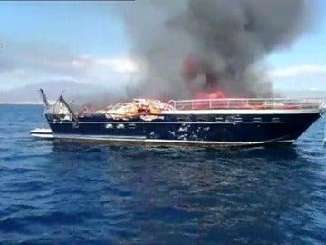 Frame 11.416008 de: Se incendia una embarcación con tres tripulantes a bordo frente a la costa de Villajoyosa