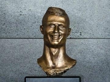 El busto de Cristiano Ronaldo en el aeropuerto de Madeira