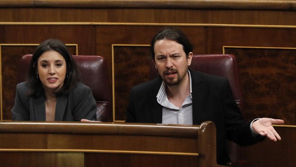 El secretario general de Podemos, Pablo Iglesias, junto a la portavoz del grupo Irene Montero