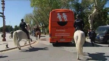 Frame 11.467667 de: Intervención policial junto a San Telmo tras pedradas, huevazos y pintadas en el bus de Hazte Oír
