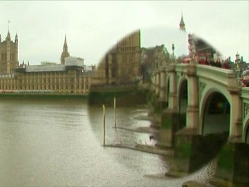 Frame 1.995938 de: Un hombre se tira al río Támesis desde el puente de Westminster
