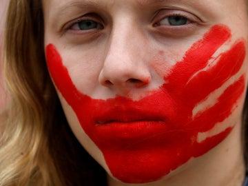Una mujer protesta contra la violencia sexual en Brasil