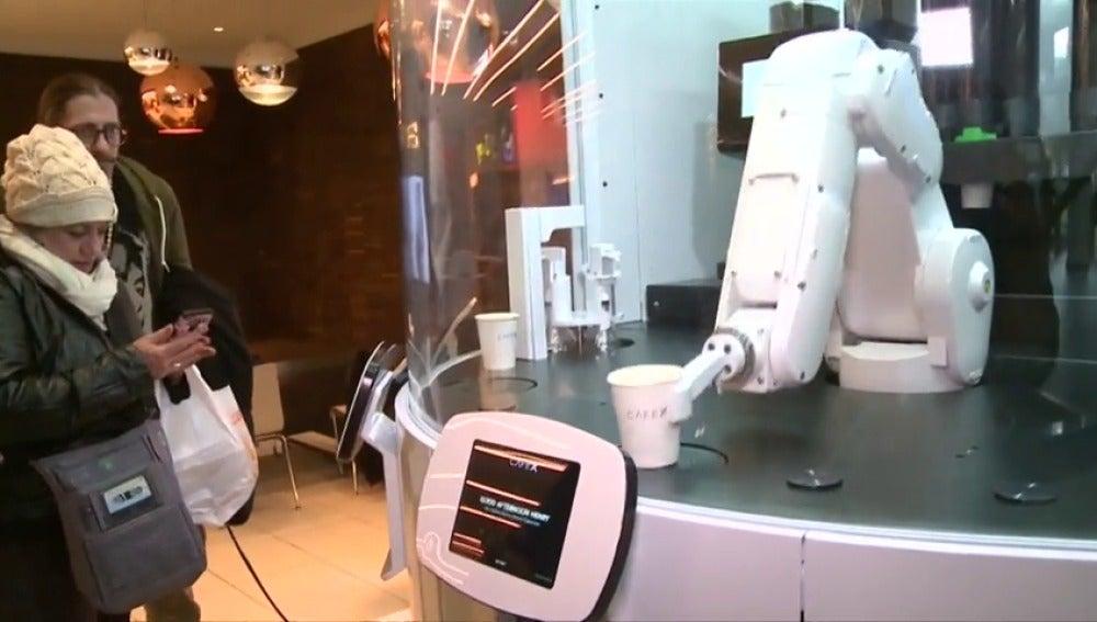 Frame 29.628444 de: El primer camarero robótico se estrena con éxito en su primer día de trabajo