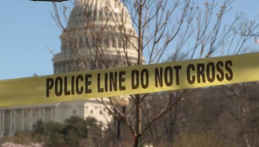 Frame 29.182915 de: Detenida una persona que intentó atropellar con un coche a la Policía del Capitolio de Washington